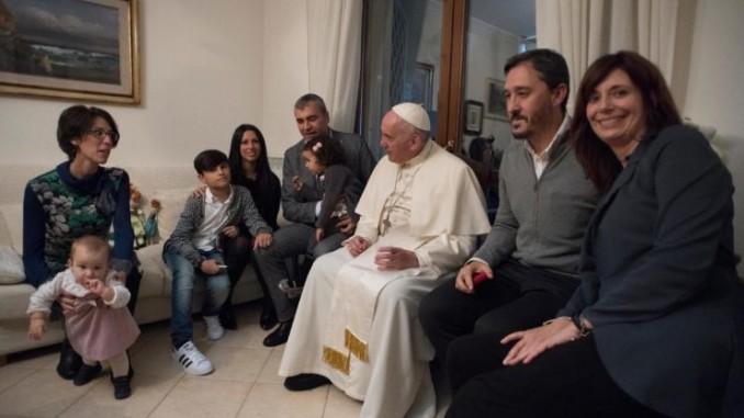 Papa-Francesco-con-famiglie-ex-sacerdoti-740x493-1-678x381